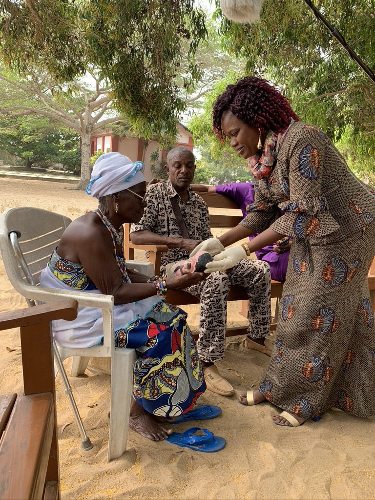 Übergabe einer Mami Wata Skulptur an der UCTT am Villa Karo, Grand Popo, mit Georgette Singbe, Anani Aiangnon und Mamissi DaPovi