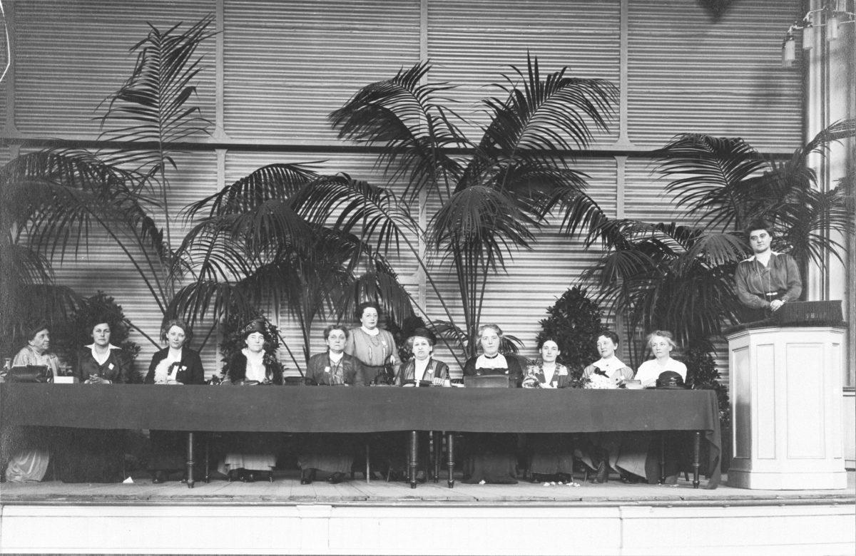 Von links nach rechts: Florence Holbrook, Mia Boissevain, Madeleine Doty, Mw. Andrews, Rosa Manus, Aletta Jacobs, Crystal MacMillan, Vilma Glücklich, not known, Cor Ramondt-Hirschmann, Rosika Schwimmer.