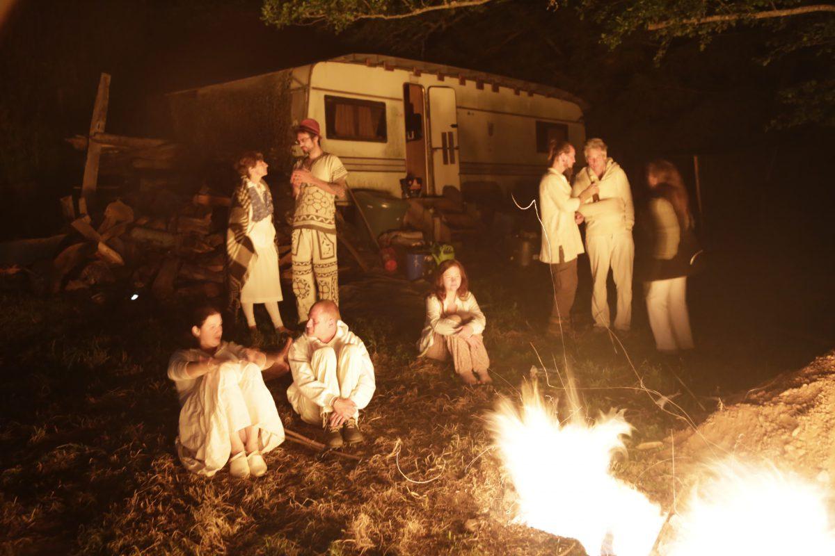 Teilnehmer der Ayahuasca Zeremonie am Feuer
