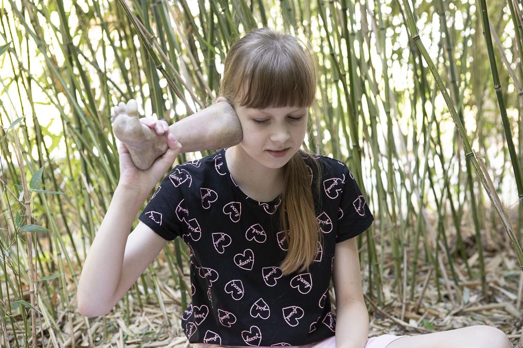 Schülerin vom Sophie-Brahe-Schule mit Fuß von eine Keramik Figur