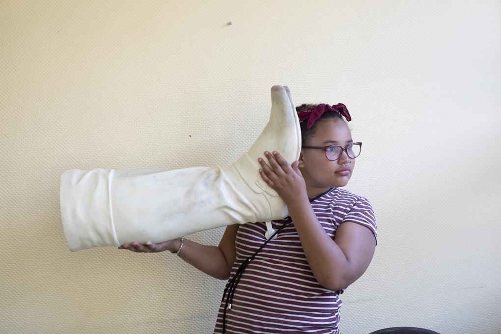Eine Schülerin der Sophie Brahe Schule hört der Fuß der Skulptur von Generalfeldmarschall James Keith zu