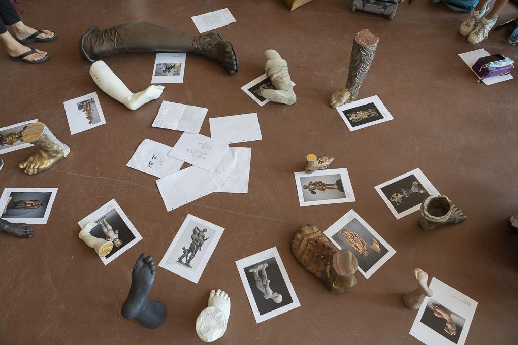 Übersicht von Füße und die dazu gehörige Skulpturen