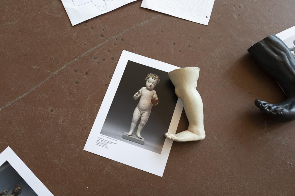 Fuß und Abbildung der Skulptur Christus kind mit Apfel