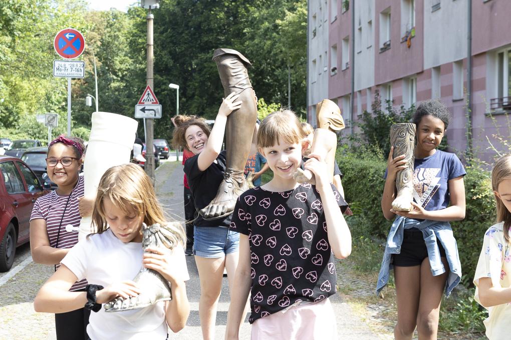 Schüler*innen vom Sophie-Brahe-Schule mit Füße von Skulpturen aus den Skulpturensammlung für Byzantinische Kunst