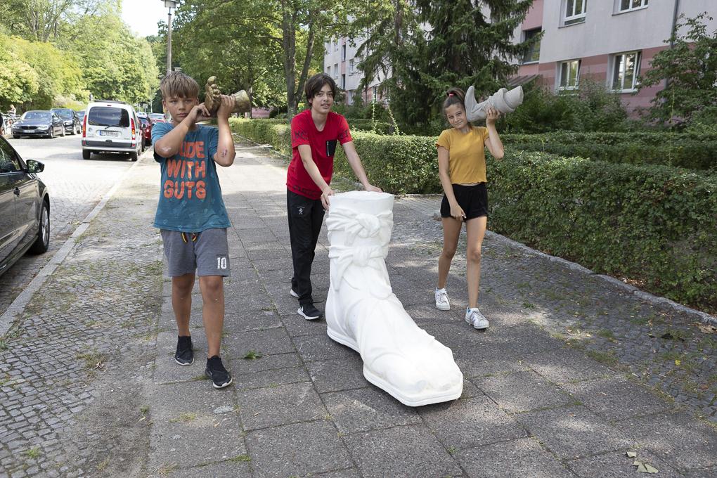 Schüler*innen vom Sophie-Brahe-Schule mit Fuß von Diana als Jägerin